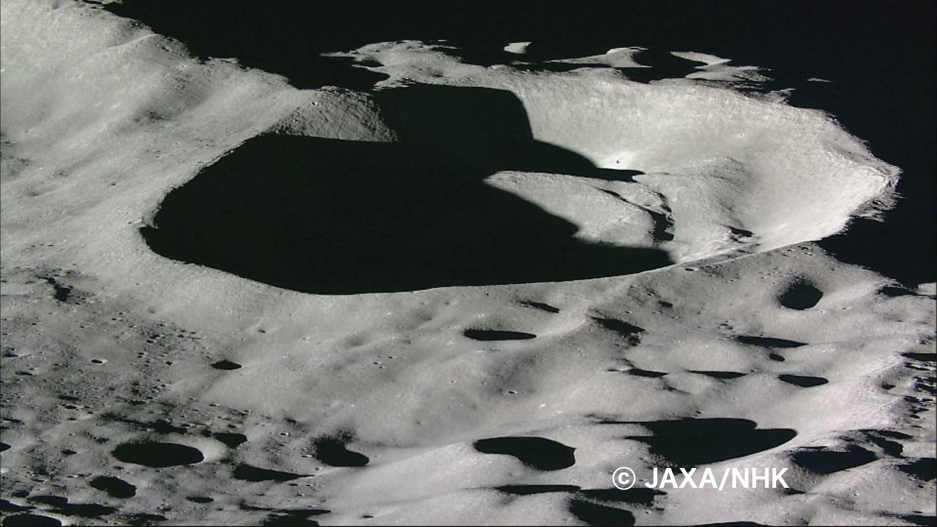 Le cratère Drygalski P survolé par Kaguya quelues instants avant de sécraser