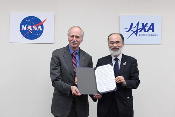 NASAゲスティンマイヤ局長(左)とJAXA浜崎理事(右)