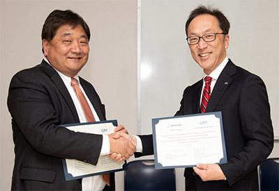 ボーイングYahataバイスプレジデント(左)とJAXA佐野理事(右)。