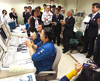 停波作業実施直後の管制室の様子(中央やや左側の女性が松岡彩子プロジェクトマネージャ)